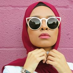 """Always adjusting my hijab #feeeeya Sunglasses from @freyrs_sunglasses Check out our (@hijabfashion) interview with @mode.ste link I'm the bio"""
