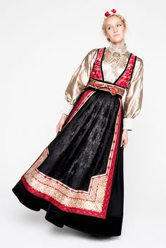 07EVA-LIE17765_web Folk Costume, Costumes, Scandinavian Fashion, Unique Flowers, Folklore, Fashion Dresses, Sari, Culture, Traditional
