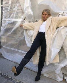 Le Fashion: How a Swedish It Girl Wears Cowboy Boots Star Fashion, Look Fashion, Daily Fashion, Everyday Fashion, Fashion Outfits, Street Fashion, Curvy Fashion, Beige Faux Fur Coat, Easy Style