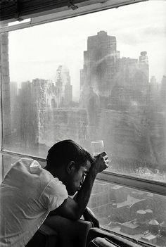 Sammy Davis Jr. looks out of a Manhattan window. New York, 1959. © Burt Glinn / Magnum Photos