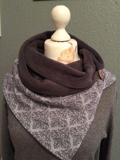 Schick und warm. Wickelschal aus wunderschön grau gemusterten Jersey, gefüttert mit kuschelweichem Fleece. Der Schal wird 1 mal um den Hals gewickelt und anschließend mit einem Knopf und einer...