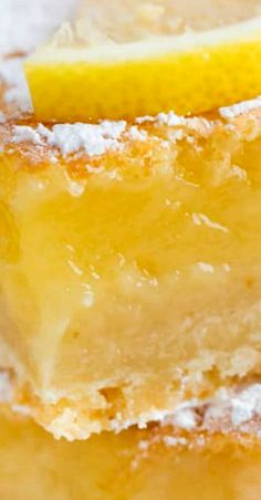 Homemade Lemon Bars Recipe- easy to make and delicious! Enjoy this refreshing lemon bars recipe that's prefect for dessert or a fun treat! Lemon Dessert Recipes, Köstliche Desserts, Lemon Recipes, Gourmet Recipes, Pudding Desserts, Baking Recipes, Delicious Desserts, Cake Recipes, Sweet Desserts