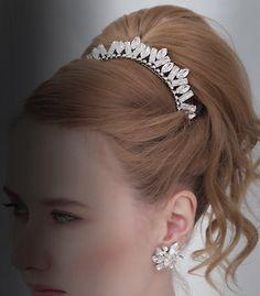 バケット型とマーキース型 のクリスタルのミックスは、 高級感があって、甘すぎ ないテイストがラグジュア リーなドレスにもぴったり。 大きすぎない小さめボリュ ームも使い勝手抜群で す。  ブライダルジュエリーのtamaraはwww.monsoon-bazaar.com/cittaでどうぞ    #wedding #bridal #headpiece #vintage #swarovski #weddingjewelry #costumejewelry #headdress  #headband #tiara #headpiece  #tamara #citta #studiobarrack    #花嫁 #結婚式  #ウェディングアクセサリー #ヘッドピース  #ウェディング #ブライダル #ブライダルアクセサリー #ヘッドドレス #ヴィンテージ #コスチュームジュエリー #花冠 #スワロフスキー