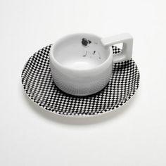 Filiżanka espresso jest częścią zestawu Single set. Jej kwadratowe uszko   zostało zaprojektowane z myślą o wygodzie korzystania z małej filiżanki  espresso. Kolekcja stanowi połączenie prostych kształtów, opartych na  kwadracie i kole z  charakterystycznymi  z miękkimi krągło...