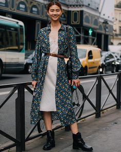 woman wearing a floral duster jacket woman wearing a floral duster jacket Oufits Casual, Casual Fall Outfits, Winter Outfits, Casual Fridays, Modest Outfits, Spring Fashion Trends, Winter Fashion, Women's Fashion, Christmas Fashion