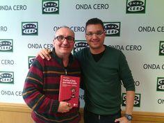"""Albert Lesan, presentador de La Ciutat en Onda Cero Catalunya, junto a Alfred López, autor del libro """"Vuelve el listo que todo lo sabe""""  http://latiendadeleemelibros.bigcartel.com/product/vuelve-el-listo-que-todo-lo-sabe"""