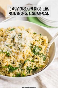 Brown rice with spinach and Parmesan cheese is an easy, healthy, one-pot side dish with just a few simple ingredients! Recipes sides Brown rice with spinach and Parmesan cheese - Family Food on the Table Brown Rice Dishes, Rice Side Dishes, Dinner Side Dishes, Healthy Side Dishes, Side Dishes Easy, Side Dish Recipes, Simple Rice Dishes, Diabetic Side Dishes, Healthy Dinner Sides