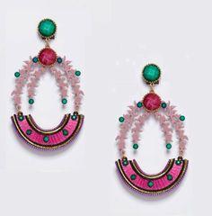 Pendiente de flamenca con forma ovalada y base en rosa bebé que combina con los tonos verdes de las piedras facetadas y los rosa chicle de la base.