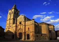 Iglesia de Santa María Magdalena. uno de los mejores ejemplos de la arquitectura gótica madrileña. Su torre campanil fue mandada construir por el Cardenal Cisneros.