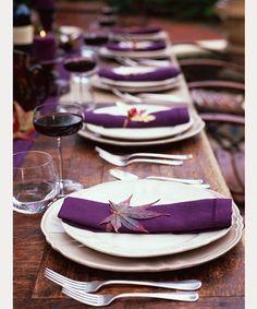 - 25 Thanksgiving-Deko-Ideen in dramatischem Lila Thanksgiving Table Settings, Holiday Tables, Thanksgiving Decorations, Elle Decor, Purple Table Settings, Setting Table, Neiman Marcus, Wedding Decorations, Table Decorations