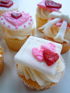 35 Cupcake Decoration Ideas for Valentine's Day Valentine Day Cupcakes, Sweet Cupcakes, Valentines Food, Valentine Treats, Yummy Cupcakes, Mini Cakes, Cupcake Cakes, Tulip Cake, Little Cakes