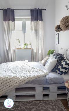 Łóżko z palet w sypialni z motywem botanicznym - Lawendowy DomLawendowy Dom