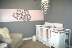 chambre bébé avec déco en gris et rose