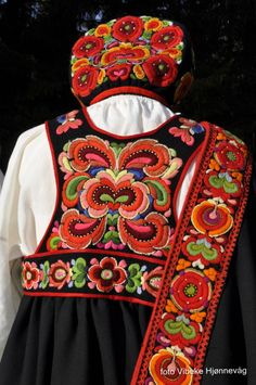 Folk Costume: Bunad and Rosemaling embroidery of upper Hallingdal, Buskerud, Norway Scandinavian Embroidery, Scandinavian Folk Art, Folk Fashion, Ethnic Fashion, Folklore, Folk Costume, Costumes, Motifs Textiles, Norwegian Rosemaling