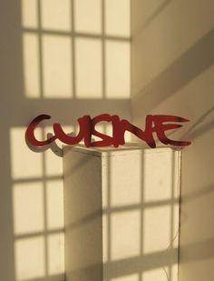 duży kuchenny napis CUISINE czerwony (proj. Rabose Workshop)