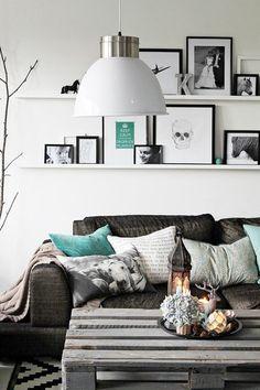Preto, branco e madeira.