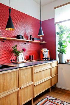red kitchen + wooden cabinets #cozinhas #kitchens
