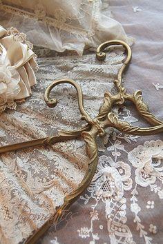 Lace and beautiful hangers Edwardian Era, Victorian, Estilo Shabby Chic, Linens And Lace, Coat Hanger, Antique Lace, Wire Art, Vintage Boutique, Dressmaking