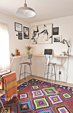 As a person who works from home, I definitely understand the importance of having a versatile workspace, and have long loved the idea of building myself a custom standing desk. You too? You'll definitely want to check out this fantastic space-saving standing desk tutorial!