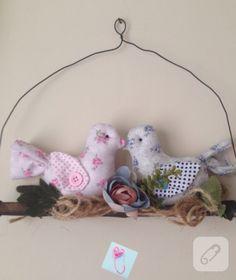 Kuşlu duvar süsü kolaylıkla yapabileceğiniz bir çalışma. Zeytin dalı üzerine biri pembe biri mavi olmak üzere poplin kumaştan iki kuş diktim. Çiçeklerle süsledim. Detaylar 10marifet.org'da