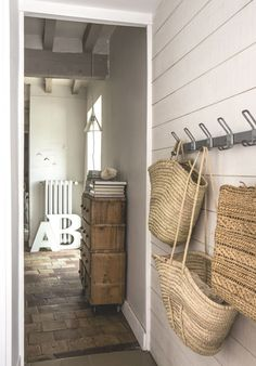 Home Challenge // Esprit brocante Condo Living, Living Spaces, Hygge, Front Door Entrance, Entrance Ideas, Entrance Decor, Entrance Design, Front Doors, French Country Style