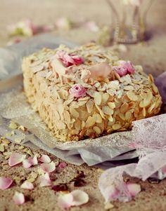 Svinhufvudin kakku Eleanoran tapaan // Ellen Svinhufvud Cake - Almond-meringue cake with mocha-buttercream Food & Style Elina Jyväs, Baking Instinct Photo Katri Kapanen www.maku.fi