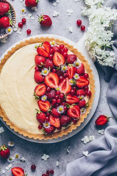 This easy no-bake Vanilla Custard Tart with strawberries and cream is a simple Vegan Pudding Pie that is wonderfully creamy and totally delicious! The perfect dessert recipe for any occasion! Strawberry Tart, Fruit Tart, Strawberry Recipes, Custard Tart, Vanilla Custard, Vanilla Tart Recipes, Custard Recipes, Pudding Recipes, Vegan Pudding
