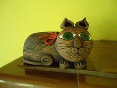 Kočka Výrobek je ručně modelovaný ze šamotové hlíny pálený na 1 160stc., detaily jsou domalovány barevnou glazurou. Vhodný pro vnitřní i venkovní prostory. Délka 22cm.