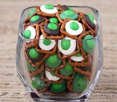 Click Pic for 50 St Patricks Day Food Ideas - Quick and Easy Chocolate Pretzel Bites Dr. Seuss, Holiday Treats, Holiday Recipes, Holiday Foods, Thanksgiving Holiday, Holiday Dinner, Spring Recipes, Christmas Desserts, Christmas Recipes