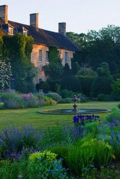 The Most Beautiful French Gardens: Beautiful French Cottage Garden Design Ideas Beautiful Gardens, Beautiful Homes, Beautiful Places, Amazing Gardens, Beautiful Beautiful, Garden Cottage, Manor Garden, French Country House, French Cottage