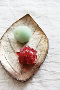 Japanese Sweets on ceramic ooba leaf Japanese Food Art, Japanese Sweets, Japanese Candy, Japanese Pastries, Chocolates, Japanese Wagashi, Sweet Desserts, Cute Food, Confectionery