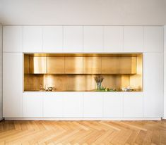 Serious brass kitchen and flooring goals by the German design geniuses at Zeitra. Serious brass kitchen and flooring goals by the German design geniuses at Zeitraum. Modern Kitchen Design, Interior Design Kitchen, Modern Interior Design, Coastal Interior, Minimal Kitchen, Brass Kitchen, Kitchen Decor, Kitchen Backsplash, Kitchen Ideas