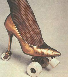 Une paire de chaussures à talon... à roulettes !