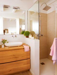 Baño con muretes que separan el lavamanos de la ducha y water