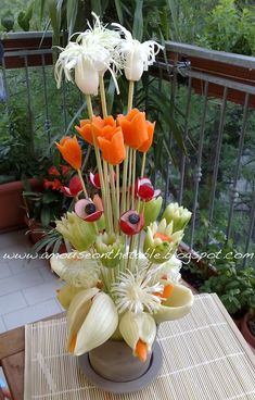 "Blooming crudités In Italy we oft eat cruditè as dish side with a dip called ""Pinzimonio"". Very healthy. This is a stunning way for presenting your guest a dish side and a centerpiece at the same time. Fruits Decoration, Vegetable Decoration, Veggie Art, Fruit And Vegetable Carving, Veggie Food, Art Et Design, Food Design, Edible Food, Edible Art"