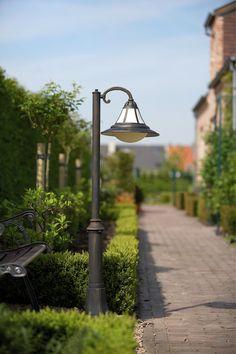 Klassinen pollarivalaisin englantilaistyylisessä puutarhassa. - Classical pillar lantern in a formal English garden.