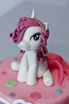 My little pony My Little Pony Cake, My Little Pony Birthday Party, Birthday Cake Girls, Party Unicorn, Unicorn Birthday, Fondant Figures, Decors Pate A Sucre, Fondant Animals, Winnie