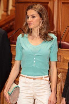 Letizia elige un conjuntito de punto para un acto oficial en Portugal. http://www.fashionassistance.net/2012/05/dna-letizia-visita-la-asamblea-nacional.html