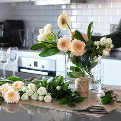 Av og til er det deilig å kunne fråtse i blomster. Plukk og miks vakre snittblomster til 3 for 2 og lag din egen drømmebukett. Table Decorations, Flowers, Plants, Furniture, Home Decor, Homemade Home Decor, Floral, Home Furnishings, Plant