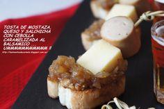 Tosta de mostaza, cheddar, salchicha con cebolla caramelizada al balsámico