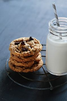 Deliciously chewy Almond Butter Oatmeal Cookies loaded with chocolate chips. Almond Butter Cookie Recipe, Peanut Butter Cookies, Chocolate Chip Cookies, Chocolate Chips, Galletas Cookies, Milk Cookies, Cookies Et Biscuits, Oatmeal Cookies, Pavlova