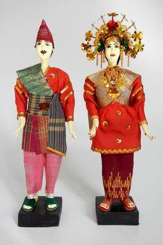 Indonesia | Sumatra. Traditional wedding dolls representing the Minangkabau people