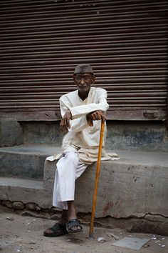 Check out On the Street.Shahpur Jat Village, one of the exclusive pictures shot by Scott Schuman in South Delhi for Faces by The Sartorialist. Milan Fashion Weeks, New York Fashion, London Fashion, Style Fashion, Street Style India, Scott Schuman, Men Street, Paris Street, Figure Poses