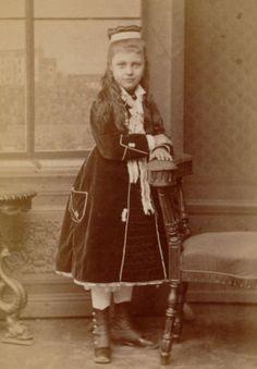 CDV-PRETTY-GIRL-in-fine-VELVET-FASHION-long-hair-Germany-c-1875