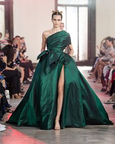 Elie Saab Fall 2019 Couture Fashion Show - Vogue Elie Saab Couture, Style Couture, Haute Couture Fashion, Couture Dresses, Fashion Dresses, Elie Saab Fall, Collection Couture, Ellie Saab, Gowns Of Elegance
