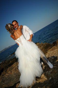 Robe de mariée courte devant et longue à l'arrière avec laçage dans le dos; commande sur devis de chez Mariage en Rose.