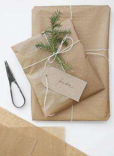 Envoltorio de regalo sencillo de papel kraft cordel y romero