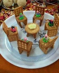 Sweet Home: Fun salads. Bees made with black and green oli Fruit Decorations, Food Decoration, Edible Crafts, Food Crafts, Party Crafts, Cute Food, Good Food, Yummy Food, Creative Food Art