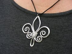 Jewelry tutorials - Fleur de Lis Hammered Wire Necklace Choose Your Own Color – Jewelry tutorials Chunky Jewelry, Metal Jewelry, Beaded Jewelry, Handmade Jewelry, Aluminum Wire Jewelry, Jewelry Necklaces, Jewelry Holder, Simple Jewelry, Gold Jewellery
