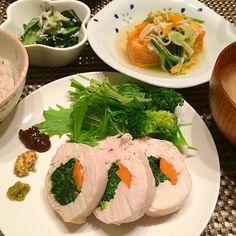 今日の夕飯~ ☆鶏胸肉のロール巻きほうれん草&人参入り(柚子胡椒、粒マスタード、食べる黒酢を好みであとづけ) ☆えのきと野菜のあんかけ厚揚げ ☆きゅうりとわかめとしらすの酢の物 ☆十穀米、野菜スープ(味噌汁風) - 34件のもぐもぐ - レンジで簡単ヘルシー!鶏胸肉ロール巻き✨ by airi-n